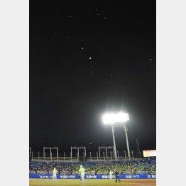 神宮球場の上空に飛来した大量の風船(C)共同通信社
