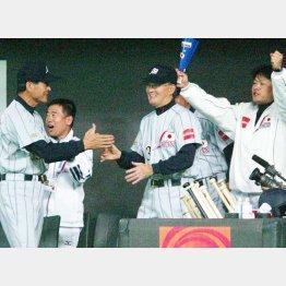 アジア野球選手権で優勝した瞬間、ベンチで喜ぶ長嶋茂雄監督(C)日刊ゲンダイ