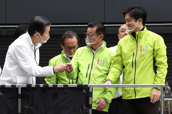 グータッチの契り(街頭演説に駆け付けた、左から、公明党の山口代表、大阪の松井市長と吉村府知事)/(C)日刊ゲンダイ