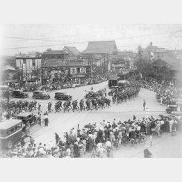 満州事変1周年記念日。大阪市内の信濃橋交差点を行進する皇軍(1932年9月18日=日本電報通信社撮影)