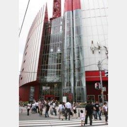 10月23日、大阪・梅田で女子大生が飛び降りに巻き込まれた(写真は現場となった商業施設)/(C)日刊ゲンダイ