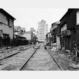 都電の線路があった新宿ゴールデン街(「東京は、秋」から)1972-73年撮影(提供写真)