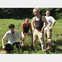 緑蔭塾、有機農園の塾生たちと(提供写真)