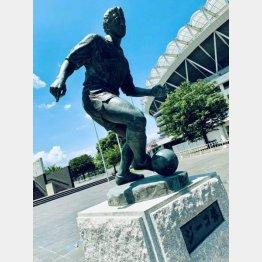 カシマスタジアムの側に建立されたジーコの銅像(C)日刊ゲンダイ