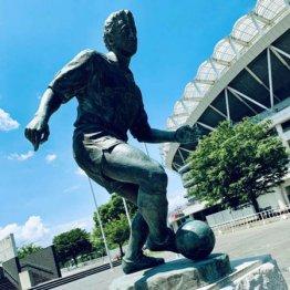 カシマスタジアムの側に建立されたジーコの銅像