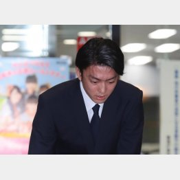 頭を下げる伊藤健太郎(30日夜、警視庁東京湾岸署)/(C)日刊ゲンダイ