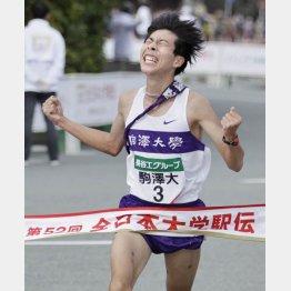 1位でゴールする駒大のアンカー・田沢廉(C)共同通信社