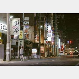 飲食店でのクラスター発生し、閑散とする青森県弘前市内の歓楽街(C)共同通信社
