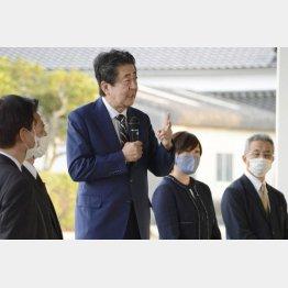 支援者の前で演説する安倍前首相。右隣は昭恵夫人=1日、山口県長門市(C)共同通信社
