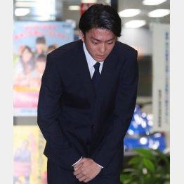 釈放され謝罪の言葉を述べる伊藤健太郎(C)日刊ゲンダイ