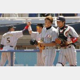 2004年アテネ五輪、カナダとの3位決定戦に勝って銅メダルが確定。捕手の相川と笑顔の筆者(C)共同通信社