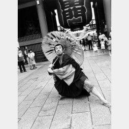2000年、中村勘九郎(05年に勘三郎を襲名)が隅田公園内の「平成中村座」で「法界坊」を上演するにあたり、雷門の前で撮影(提供写真)