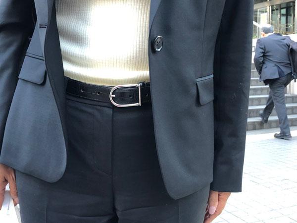 夫の形見のベルトを着けて出廷(撮影・相澤冬樹)