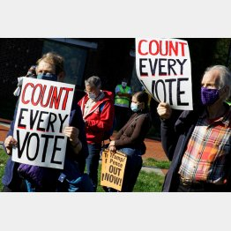 全投票の集計を求める抗議をする米国民(C)ロイター
