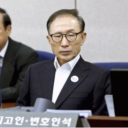 初公判で被告席に着く韓国の元大統領、李明博被告(2018年5月)/(C)共同通信社