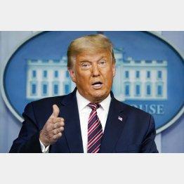 ホワイトハウスで記者会見するトランプ米大統領(C)AP=共同