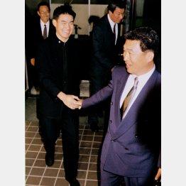握手の後、「このまま、うちに来いよ」と手を放そうとしない近鉄の佐々木監督(右)に思わず笑顔を浮かべるPL学園高の福留孝介内野手=1995年(C)共同通信社