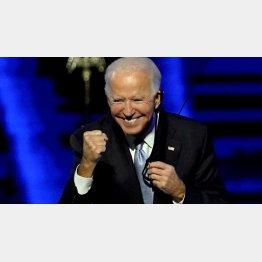 勝利にガッツポーズをするバイデン新大統領(C)ロイター
