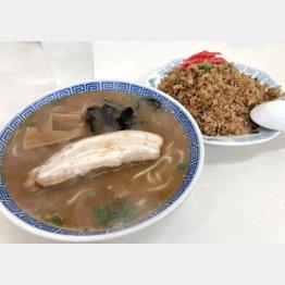 そば(左)と茶色の焼き飯(C)日刊ゲンダイ