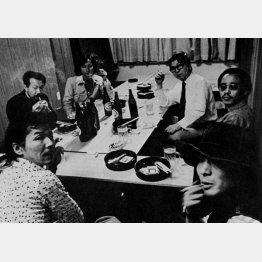 「ワークショップ写真学校」の教授陣。左手前から深瀬、東松、横須賀、細江、荒木、森山。1974年頃(提供写真)