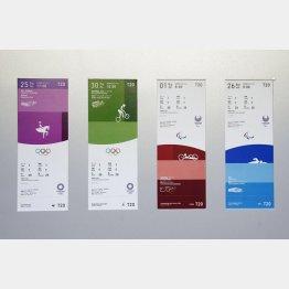 払い戻しスタート(東京五輪<左の2枚>とパラリンピックの競技観戦チケットのデザイン)(C)共同通信社
