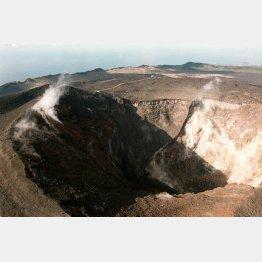 三原山の噴火口(C)共同通信社
