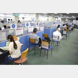 ハローワーク渋谷で職業相談の順番を待つ人たち(C)共同通信社