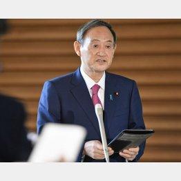 新型コロナ感染者増を受け、記者団の取材に応じる菅首相(C)共同通信社