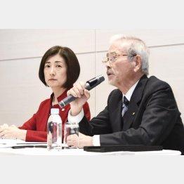 大塚久美子社長(左)と山田昇ヤマダHD会長(2019年12月)/(C)共同通信社