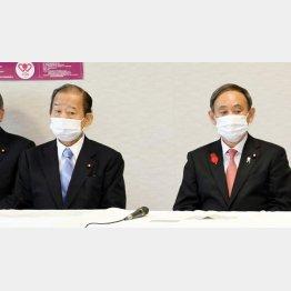 菅首相(右)の考えに二階幹事長も不快感…(C)日刊ゲンダイ