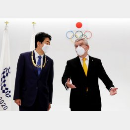 IOCのバッハ会長(右)から贈られた金章をかけ、ご機嫌の安倍前首相(C)ロイター