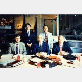 1988年、イタリアで(後列左が井口社長)/(提供写真)