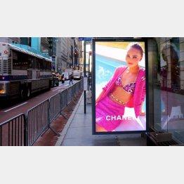 NYマンハッタン5番街、「シャネル」のモデルは…(C)ロイター