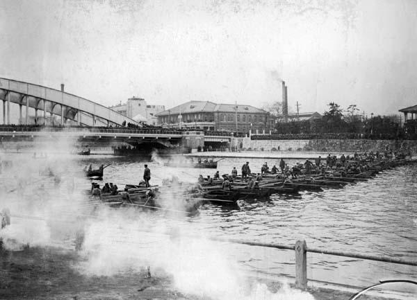 陸軍記念日に行われた大阪市内戦演習で淀川に小舟で架橋する兵士たち(1931年3月10日)/(日本電報通信社撮影)