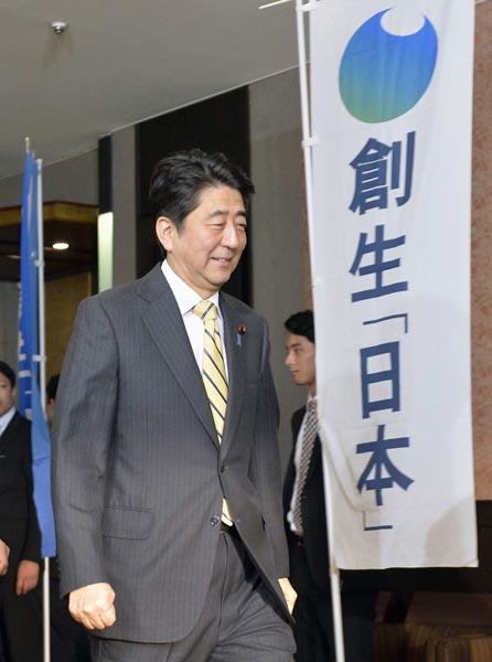 安倍首相が会長を務める側近右翼議員集団「創生日本」の会合にも(写真=2015年)/(C)共同通信社