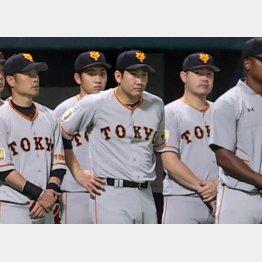 菅野(中央)を巡ってメジャーの強豪球団による争奪戦が始まる(C)日刊ゲンダイ