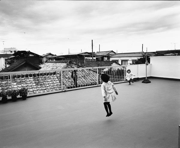 豪徳寺のマンションの広いバルコニー(1982~83年頃撮影)/(提供写真)