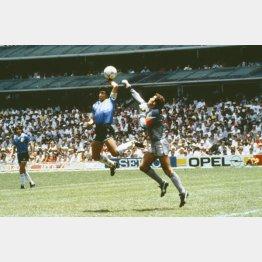 1986年W杯メキシコ大会準々決勝のイングランド戦、「神の手ゴール」を決めるアルゼンチンのマラドーナ(Bob Thomas Sports Photography提供・ゲッティ=共同)