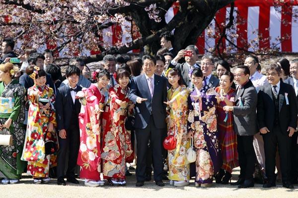 「桜を見る会」とはなんだったのか。安倍政権になってから、私物化に(C)日刊ゲンダイ