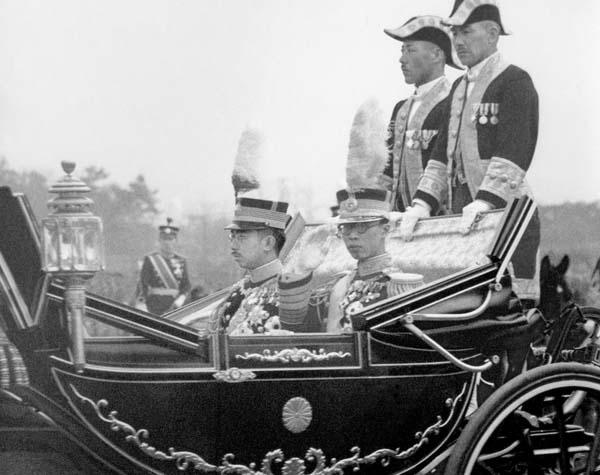 1935年4月9日、特命近衛師団観兵式に臨む昭和天皇(奥)と満州国皇帝・溥儀(代々木練兵場)/(C)共同通信社