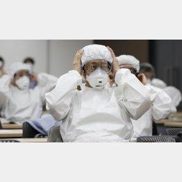 重症者治療は負荷が大、通常患者よりも3倍の医療スタッフが必要とされる(東京都医師会による医師向けの訓練)/(C)共同通信社