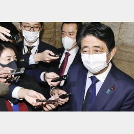「桜を見る会」を巡り自らの秘書らが東京地検特捜部の任意聴取を受けていたことに関し、記者の質問に答える安倍前首相(C)共同通信社