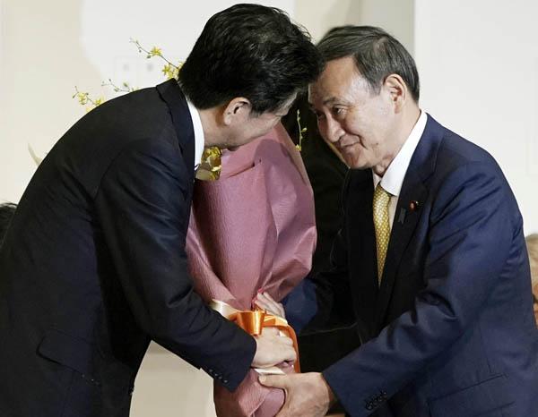 """菅首相(右)がカチンときて""""安倍潰し""""?(C)JMPA"""
