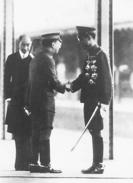 訪日の際、東京駅で天皇と握手する愛新覚羅溥儀(1940年6月26日)/(C)共同通信社