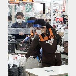 ビニールカーテンの消毒も重要(C)日刊ゲンダイ