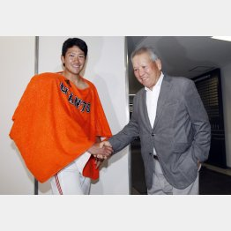 プロ1年目のオープン戦に登板した菅野を激励する祖父の原貢氏(C)日刊ゲンダイ