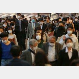 「精神論」だけ説かれて検査数は増えず(マスクを着けて通勤するサラリーマン)/(C)日刊ゲンダイ