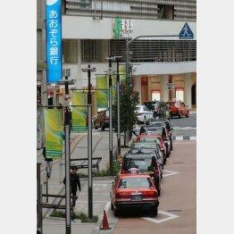 客不在でタクシーの車列が続く駅前の乗り場(C)日刊ゲンダイ