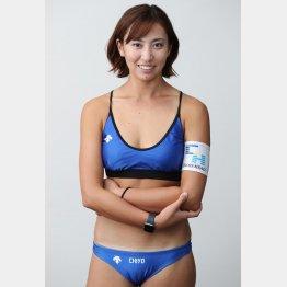 小麦色の肌がまぶしいビーチバレーの鈴木千代選手(C)日刊ゲンダイ