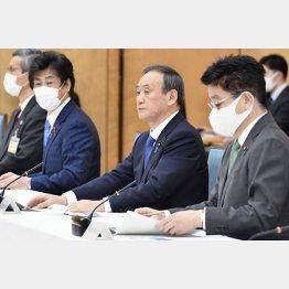さすがに神妙な面持ち(14日、新型コロナウイルス感染症対策本部に出席した菅首相=右2)/(C)共同通信社